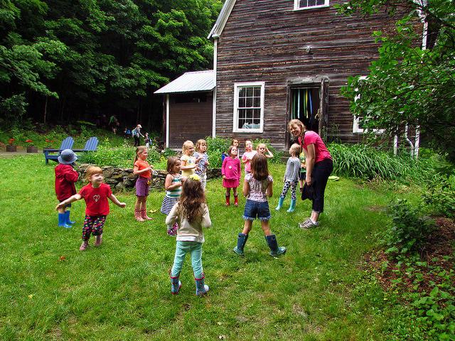 Barn with children